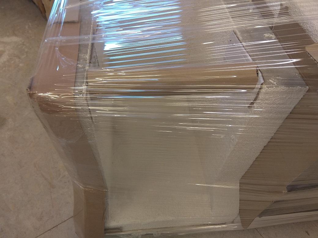 A könnyűbeton állvány lábai közül óvatosan el kell távolítani a szállítási merevítő papírhengert!