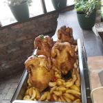 Grill csirkék körettel.